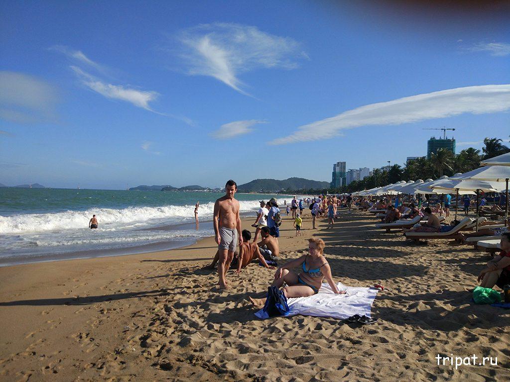 шезлолнги на пляже