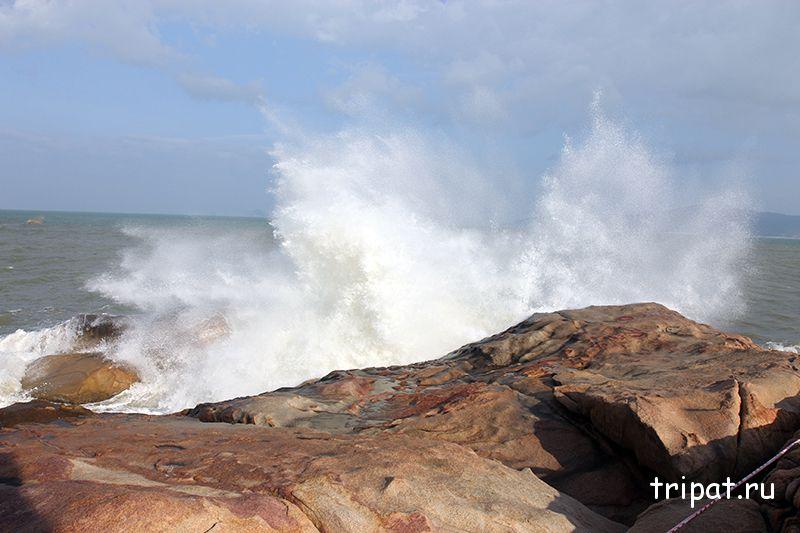 волна разбивается о скалы