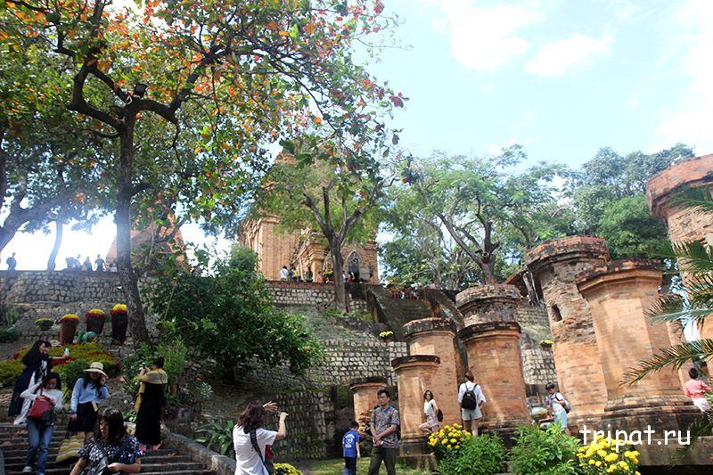 кирпичные колонны с кучей китайских туристов