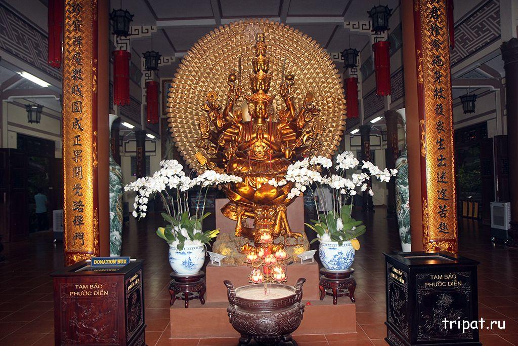 памятник внутри храма