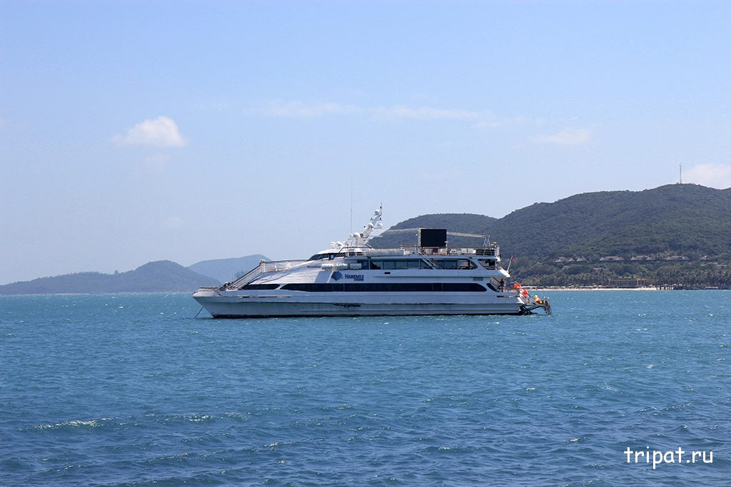 Большая яхта недалеко от пляжа