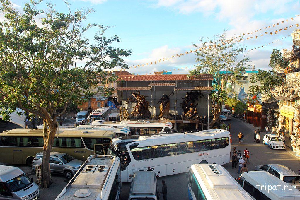 Двор в котором очень сложно развернуться из-за большого количества автобусов с туристами