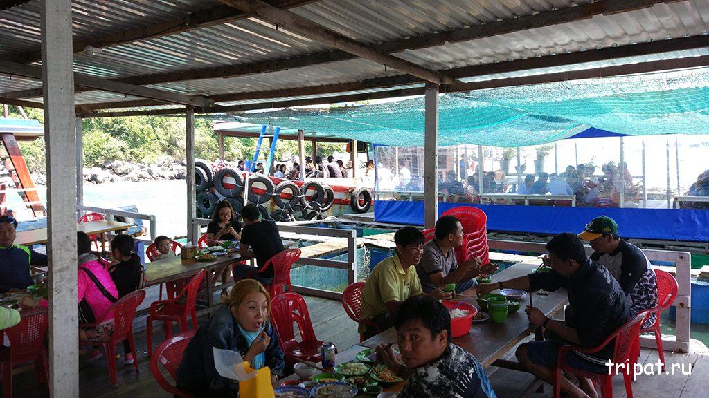 Пир китайцев в плавучем кафе в плавучей деревне
