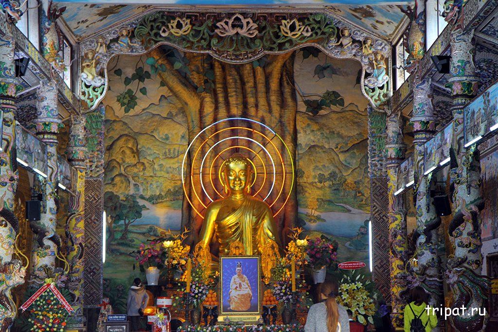 Позалоченный Будда внутри храм