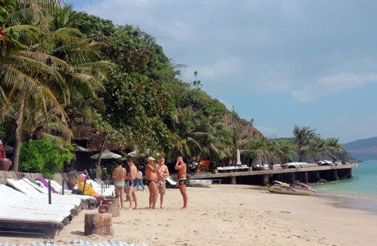 Шезлонги на пляже