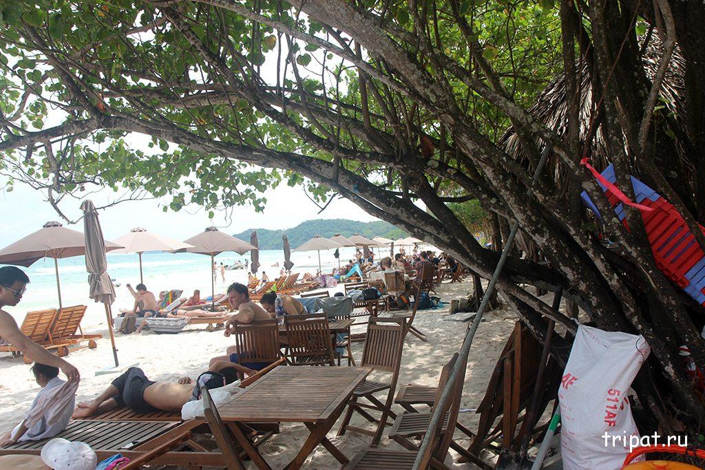 На пляжи очень много туристов