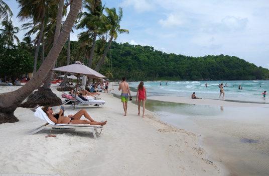 Более менее чистая часть пляжа