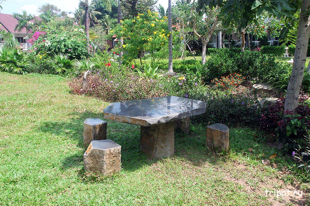Столик со стульями в саду