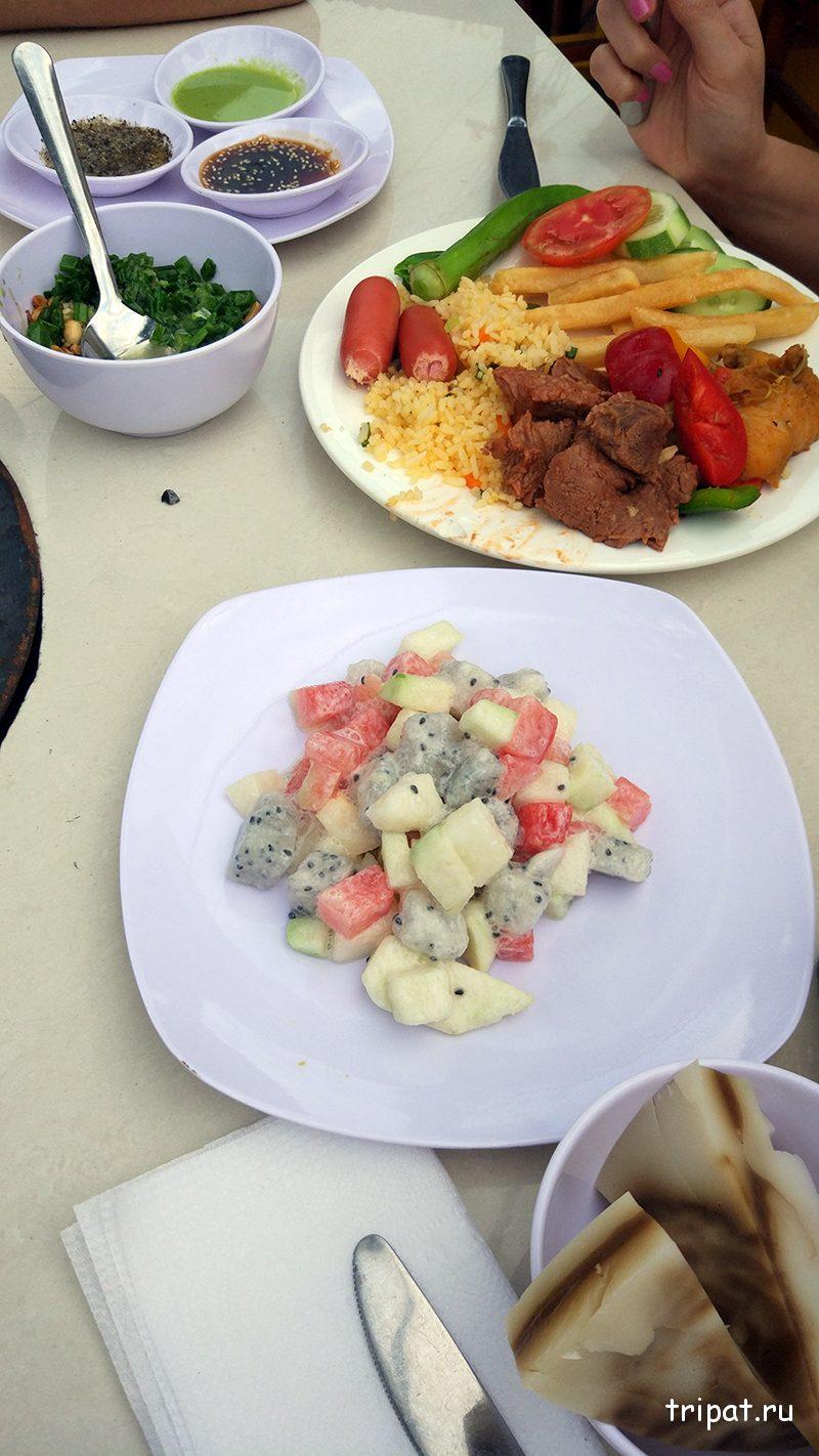Полные тарелки еды