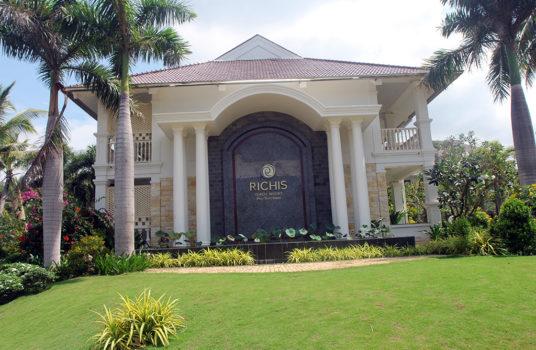 Центральный корпус отеля Richis Beach Resort