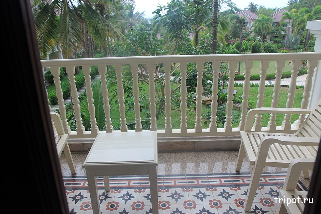 Столик на балконе отеля