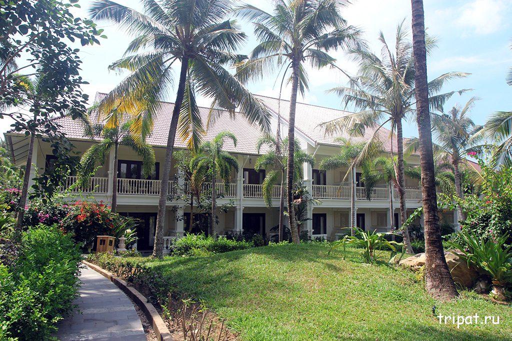 Двухэтажные корпуса отеля