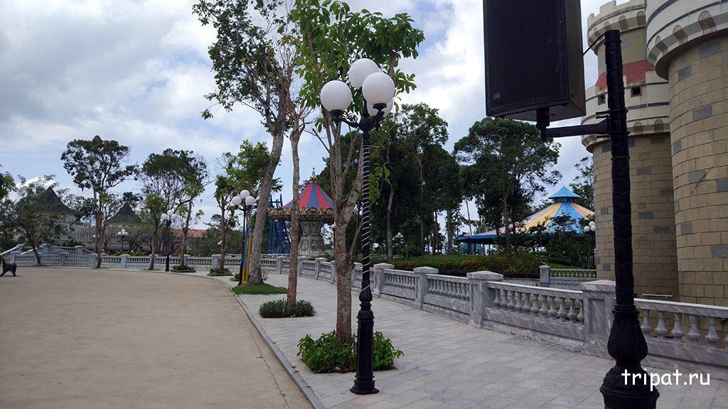 Территория парка и колонки с музыкой