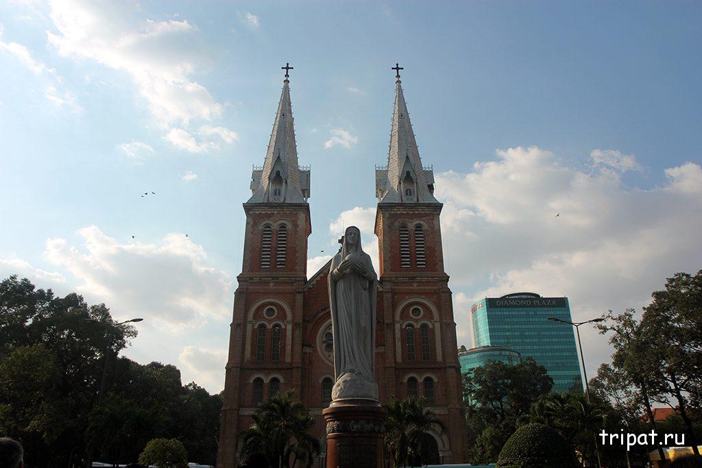 Статуя Девы Марии по центру