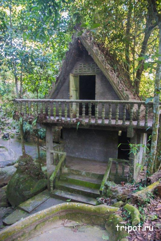 домик с открытой дверью