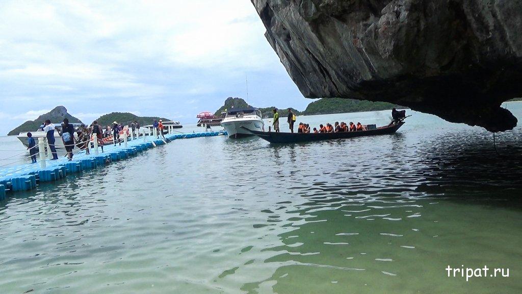 Вид на туристов сходящих на берег
